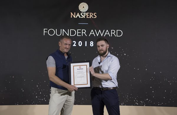 The Naspers Founder Award winner 2018 Michał Borkowski, Co-Founder and CEO of Brainly, with Naspers CEO Bob van Dijk